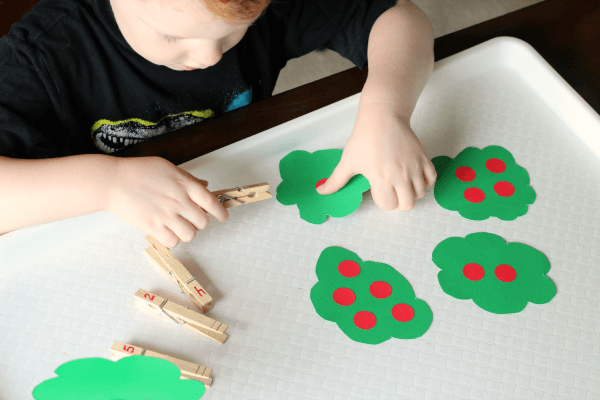 Apple math activity for preschoolers