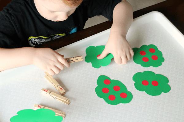 Apple math activity for preschoolers