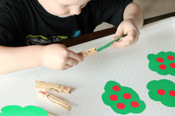 Apple theme numbers activity for preschool.