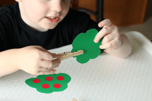 Apple theme fine motor activity that teaches counting and number recognition.