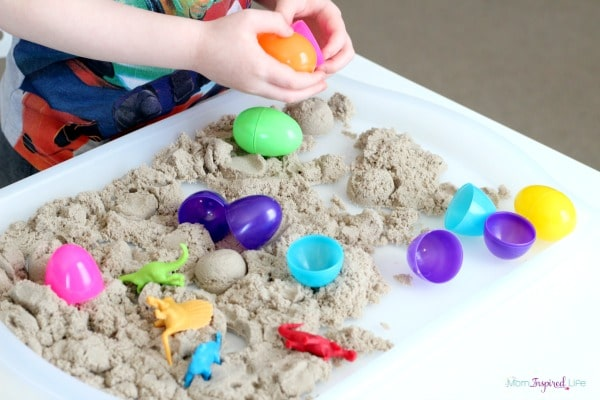 Kinetic sand sensory activity with dinosaurs. A fun play activity for preschoolers!