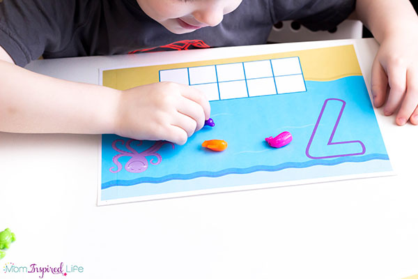 Teaching kids to count with these ocean themed mats is super fun!