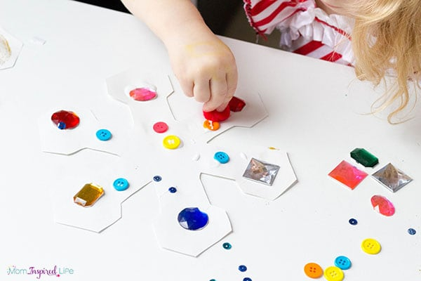 An engaging winter craft for toddlers.