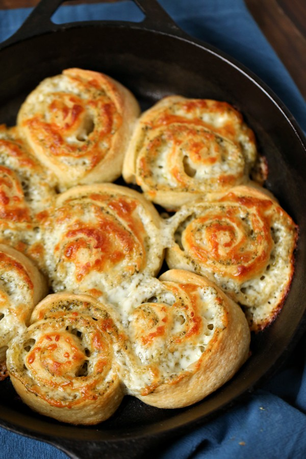 This delicious cheesy bread recipe is so good!! An easy appetizer or snack that the whole family will love.