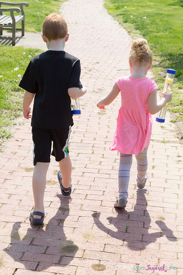 Nature discovery bottles. A fun sensory and science activity for preschoolers