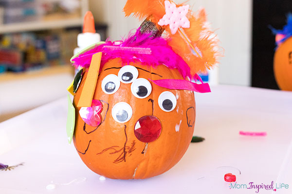 This pumpkin craft is so much fun for fall! Perfect for kids of all ages!