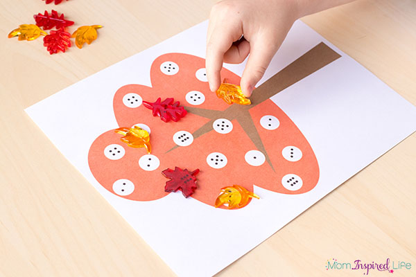 Fall math and literacy game that kids love playing! A fun fall activity for preschoolers and kindergarten students.