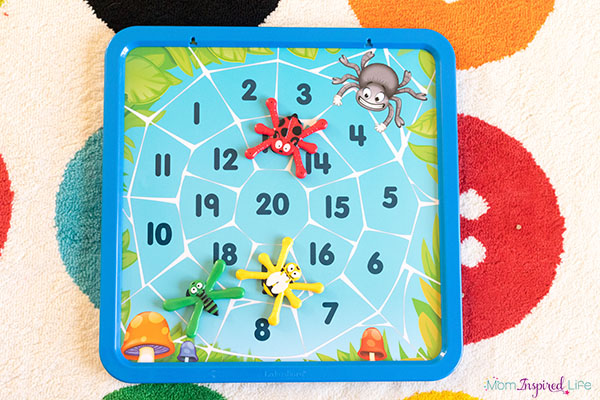 Move and learn with this fun magnetic bug toss game! A fun way to learn letters and numbers.